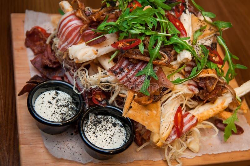 Snack, bacon, toost, salade, slang, snack voor bier stock foto