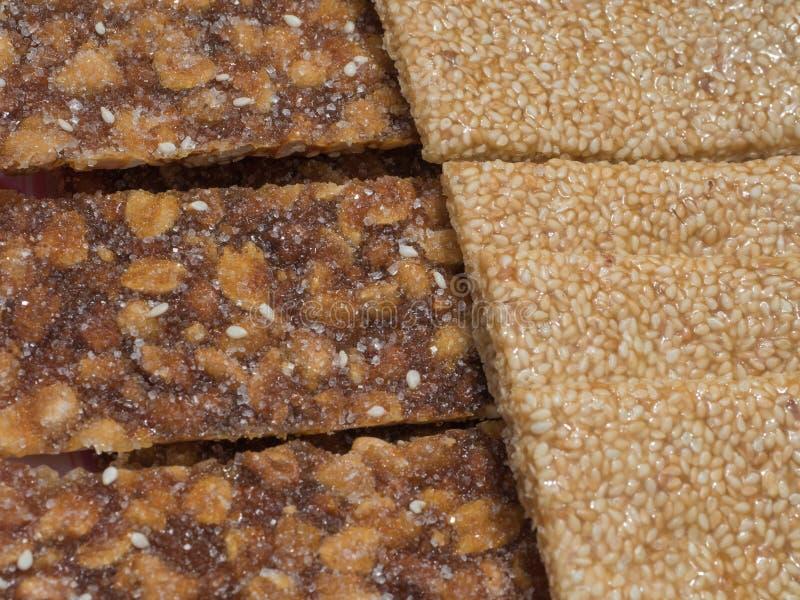 Snack bar dulce con los cacahuetes y las semillas de sésamo imagenes de archivo