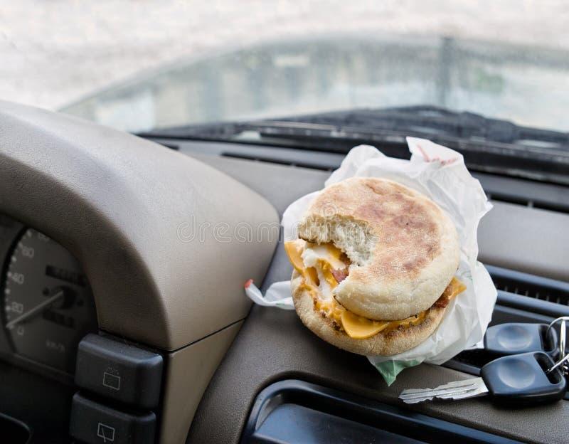 Snack beim Fahren stockfotografie