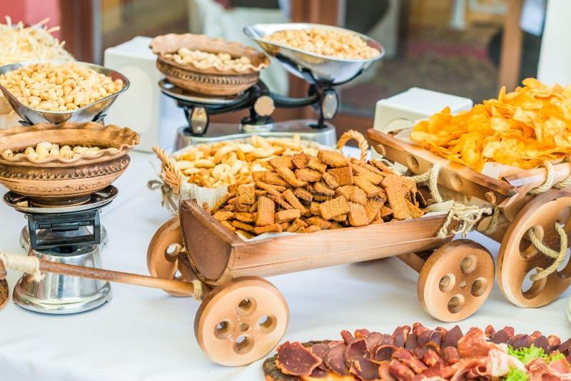 Snack in decoratieve kar stock fotografie