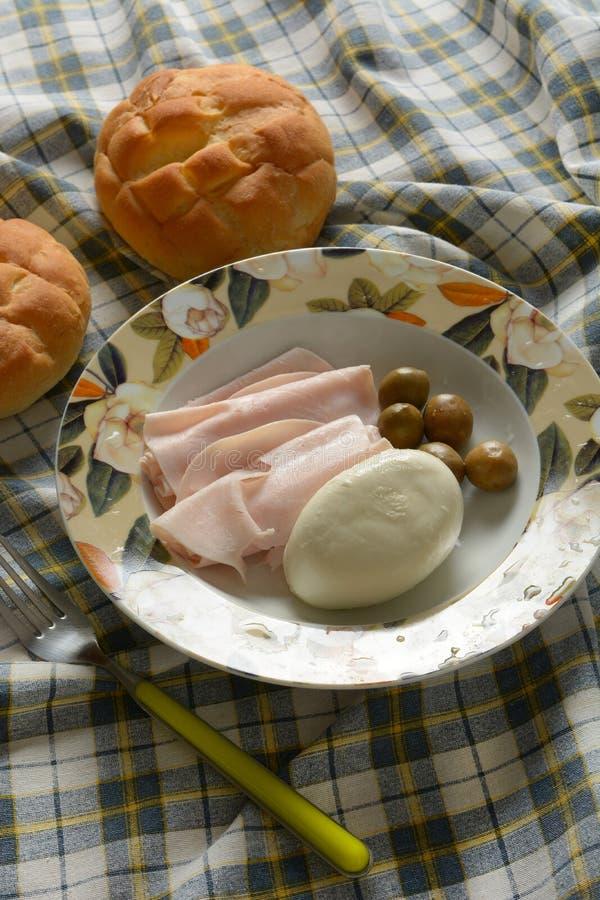 Snack mit der Truthahnbrust, italienischem Mozzarella und Oliven stockfoto