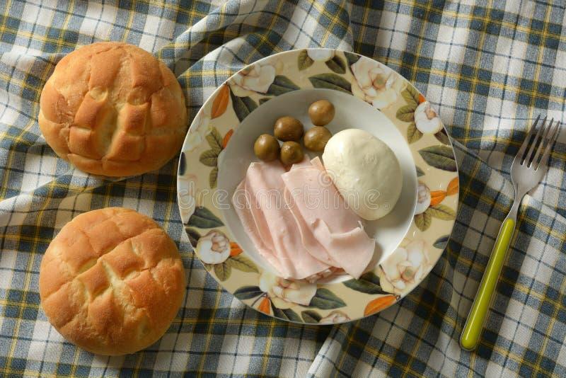 Snack mit der Truthahnbrust, italienischem Mozzarella und Oliven stockbild