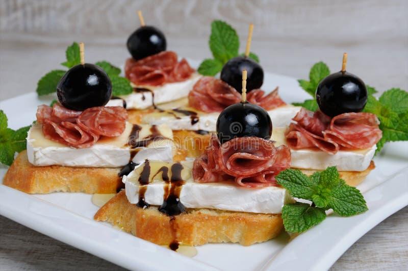 Snack mit Käsebriekäse und -salami stockfotos