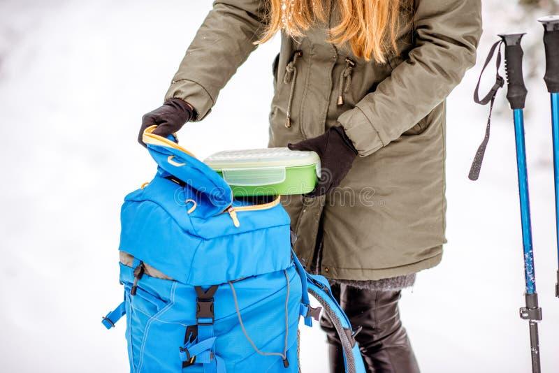 Snack tijdens de de winter wandeling stock afbeelding