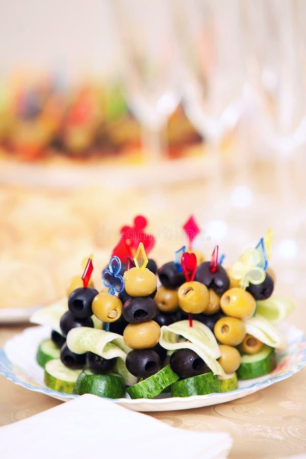 Snack von Canape von den Oliven auf einer Feiertagstabelle lizenzfreie stockfotos