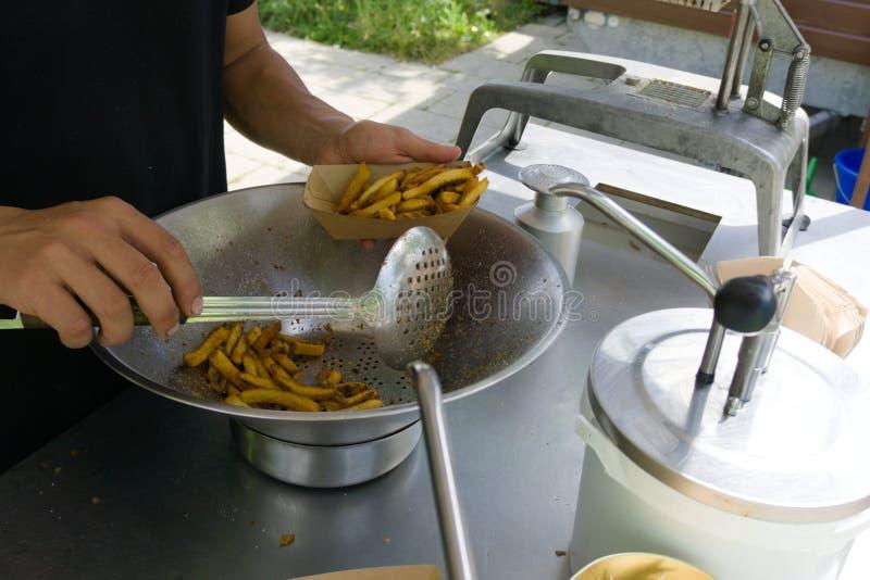 Snackbar che vende le fritture sulla fiera della via fotografie stock