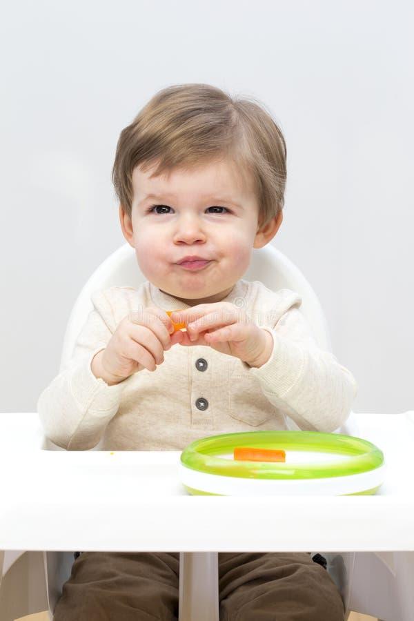 Snacking sain d'enfant en bas âge images stock
