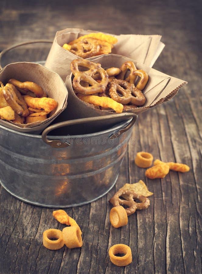 Snackmischung. Salzige Festlichkeit für das Eine Kleinigkeit essen. lizenzfreie stockfotografie