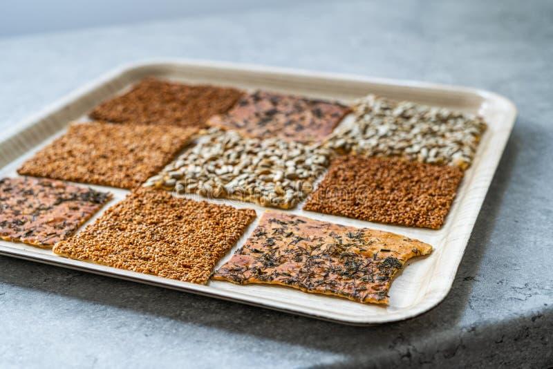Snacks caseiros turcos biscoitos com sementes de girassol, sésamo e dill/Crispy Yaprak Galeta com chá tradicional na bandeja imagem de stock royalty free