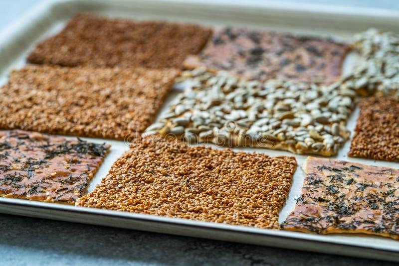 Snacks caseiros turcos biscoitos com sementes de girassol, sésamo e dill/Crispy Yaprak Galeta com chá tradicional na bandeja fotografia de stock