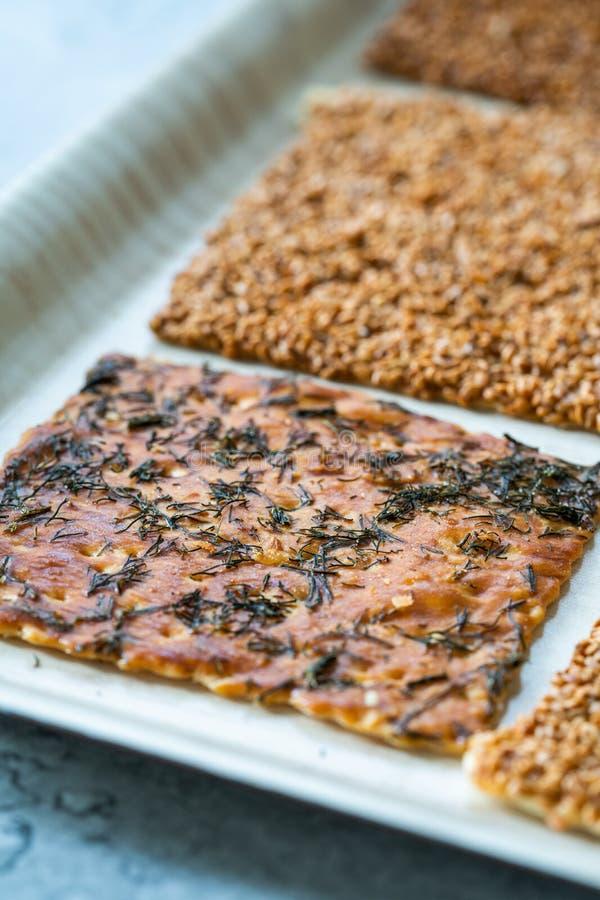 Snacks caseiros turcos biscoitos com sementes de girassol, sésamo e dill/Crispy Yaprak Galeta com chá tradicional na bandeja foto de stock royalty free