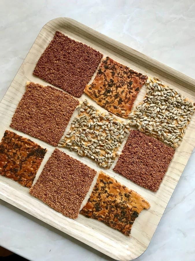 Snacks caseiros turcos biscoitos com sementes de girassol, sésamo e dill/Crispy Yaprak Galeta com chá tradicional na bandeja imagens de stock royalty free