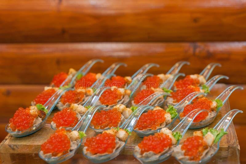 Snacks com caviar vermelho fecham Gourmet food se aproxima, aperitivo Caviar de salmão de arranque Delicatessen Gourmet Textura d foto de stock