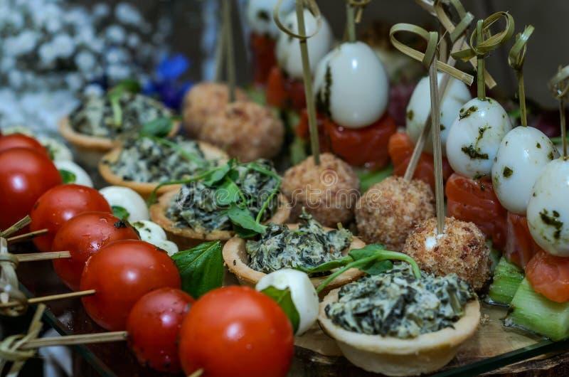 Snacks en desserts op de buffetlijst stock afbeelding