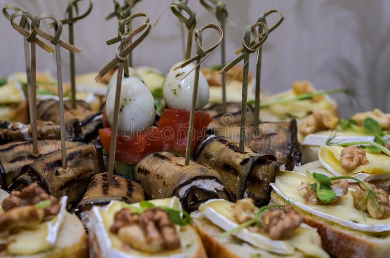 Snacks en desserts op de buffetlijst royalty-vrije stock foto