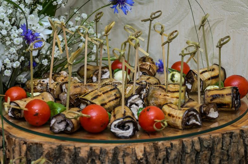 Snacks en desserts op de buffetlijst stock foto's
