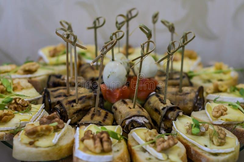Snacks en desserts op de buffetlijst stock afbeeldingen