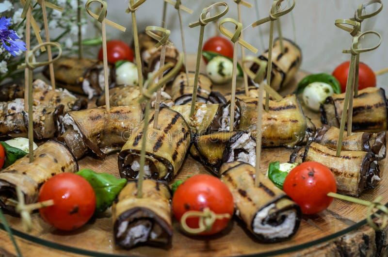 Snacks en desserts op de buffetlijst royalty-vrije stock foto's