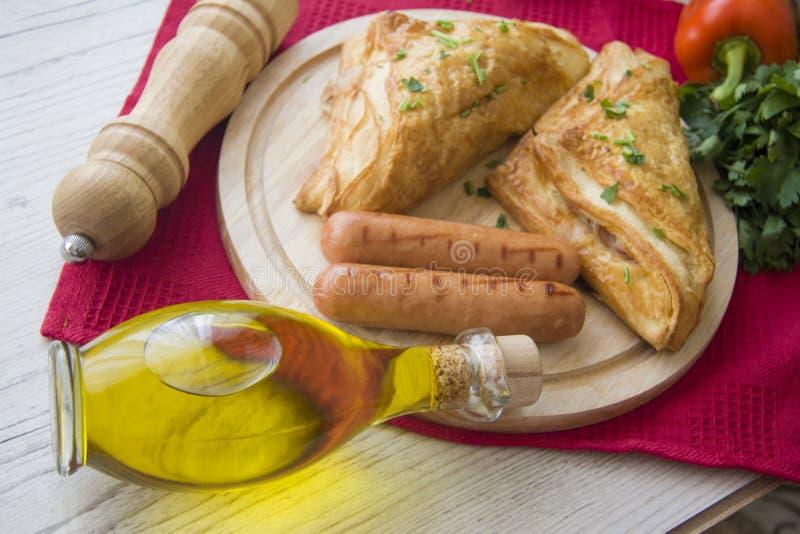 Snacks en worsten op houten plaat stock foto