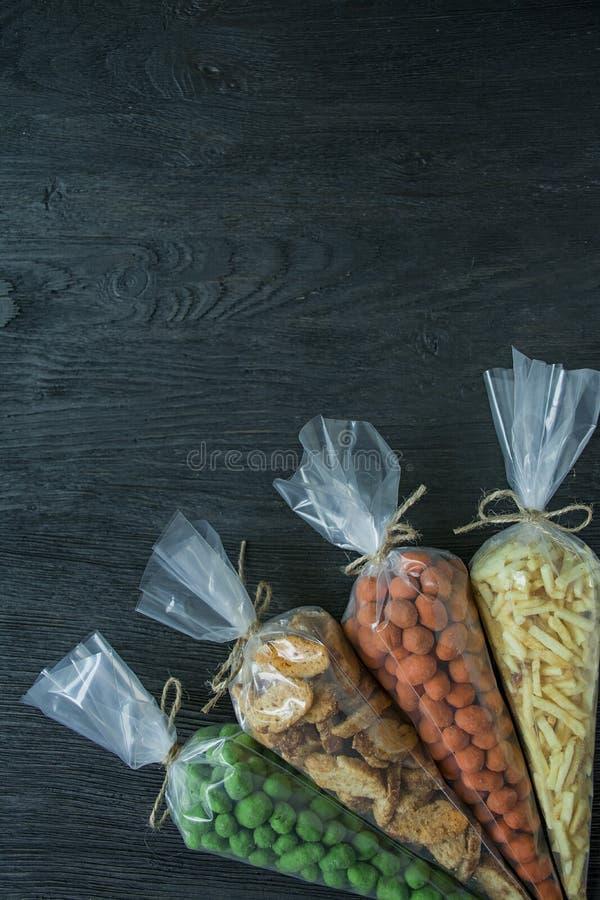 Snacks voor bier Reeks voor bier Noten, crackers, gebraden aardappels in stroken Mening van hierboven Ruimte voor tekst Donkere h stock foto's