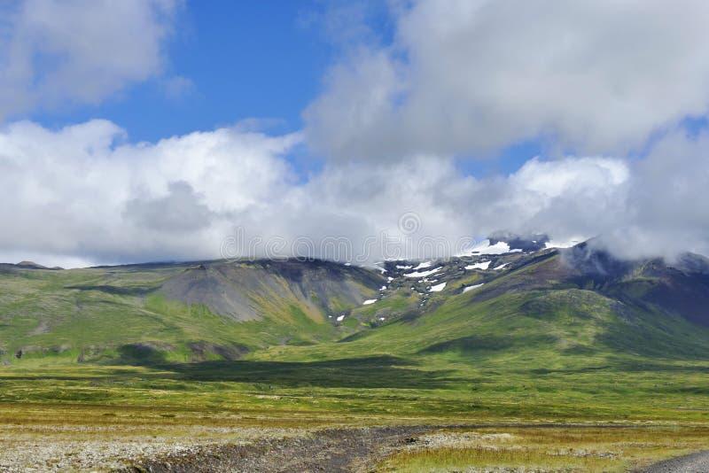 Snaefellsjokull iluminó por la luz de igualación y abrazado por las nubes fotos de archivo