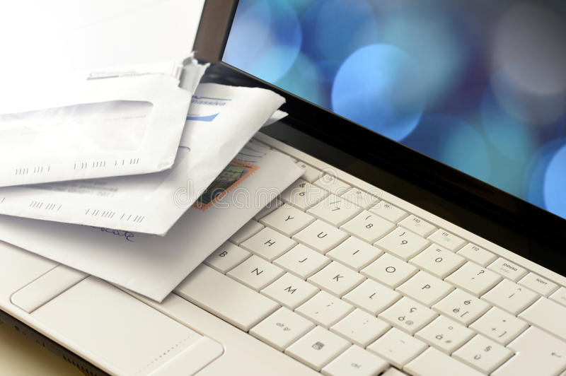 Snail- mailbeitrag auf einer Computertastatur stockbild
