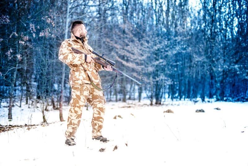 Snajper z bronią przygotowywającą dla walki, jednostki specjalnej wojska leśniczego narządzanie dla wojny zdjęcia stock
