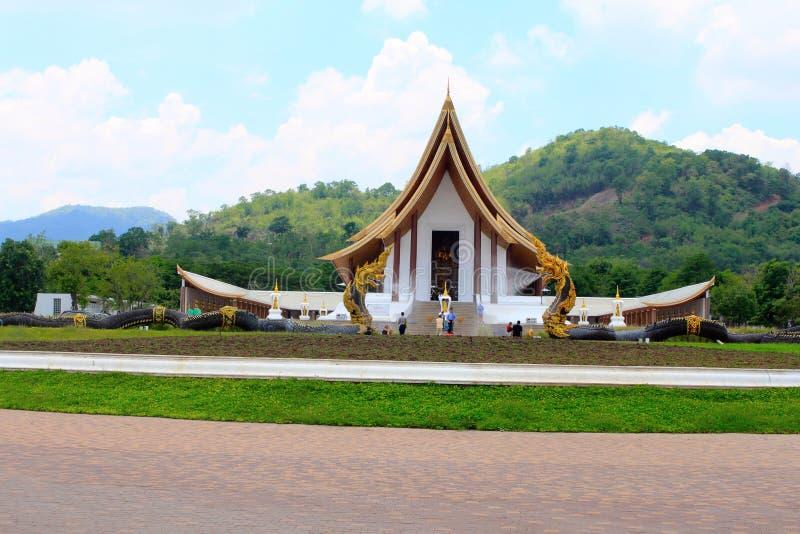 Snak schot van een mooie witte Boeddhistische tempel met draakfonteinen bij Verbod Nong Chaeng, Phetchabun Thailand royalty-vrije stock foto