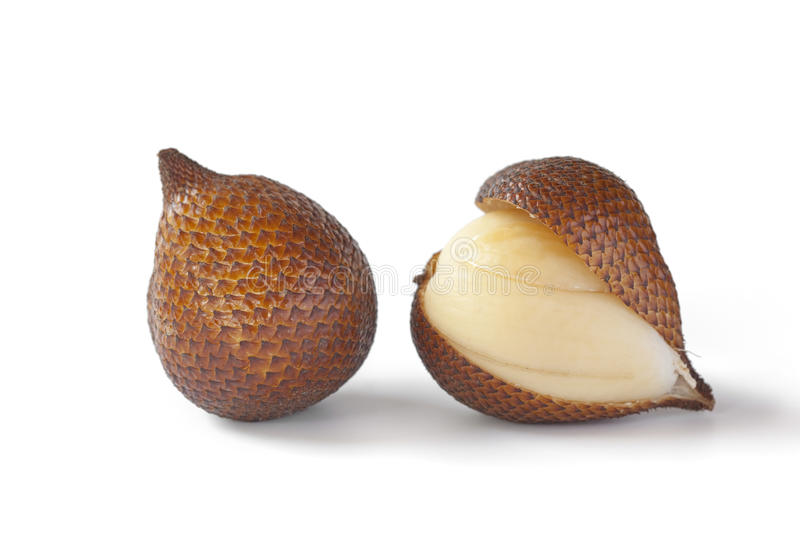 Snakefruit inteiro e descascado fotografia de stock royalty free