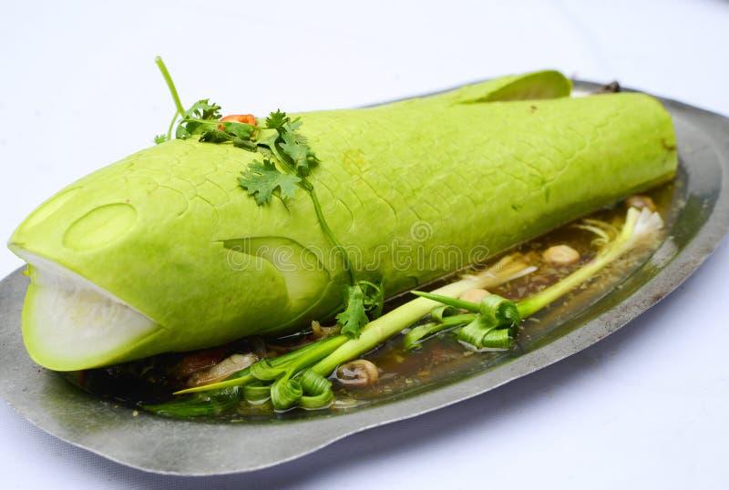 Snakehead łowi odparowanej gurdy z cebulą i ziele na białym backg zdjęcia stock
