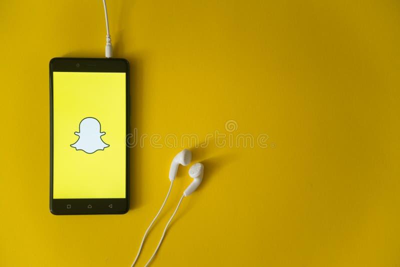 Snapchatembleem op het smartphonescherm op gele achtergrond royalty-vrije stock foto's