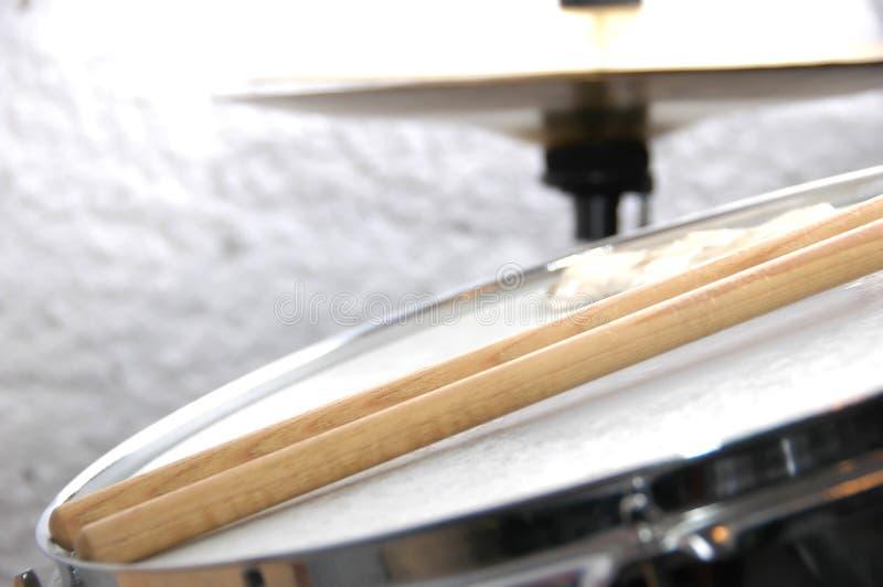 Snare τύμπανο και ραβδιά στοκ εικόνα με δικαίωμα ελεύθερης χρήσης