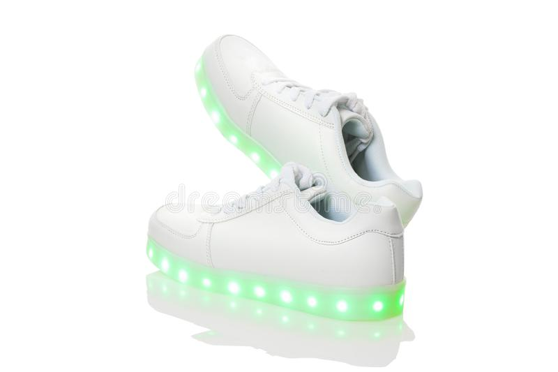 Sneackers brancos com a sola clara conduzida foto de stock royalty free