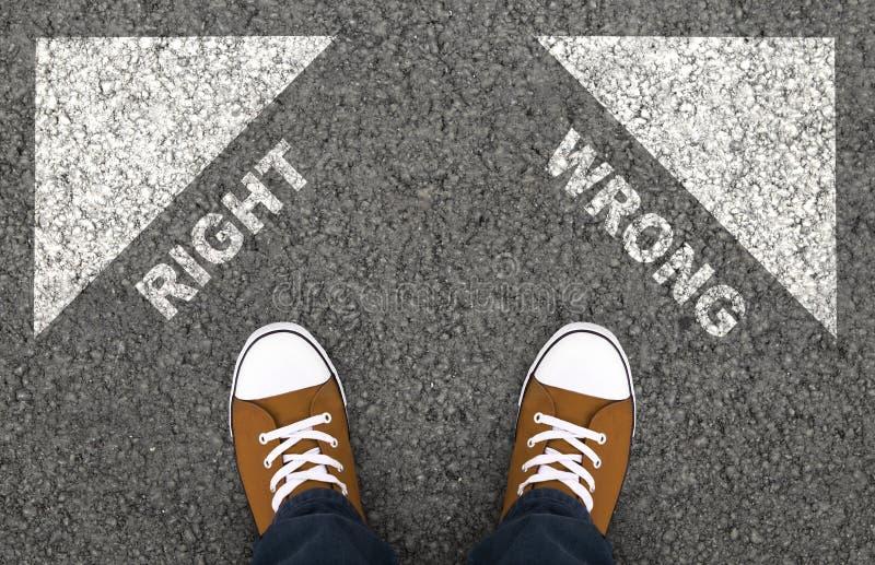 Sneakerinnen und Sneakers wählen richtig oder falsch aus stockfotos