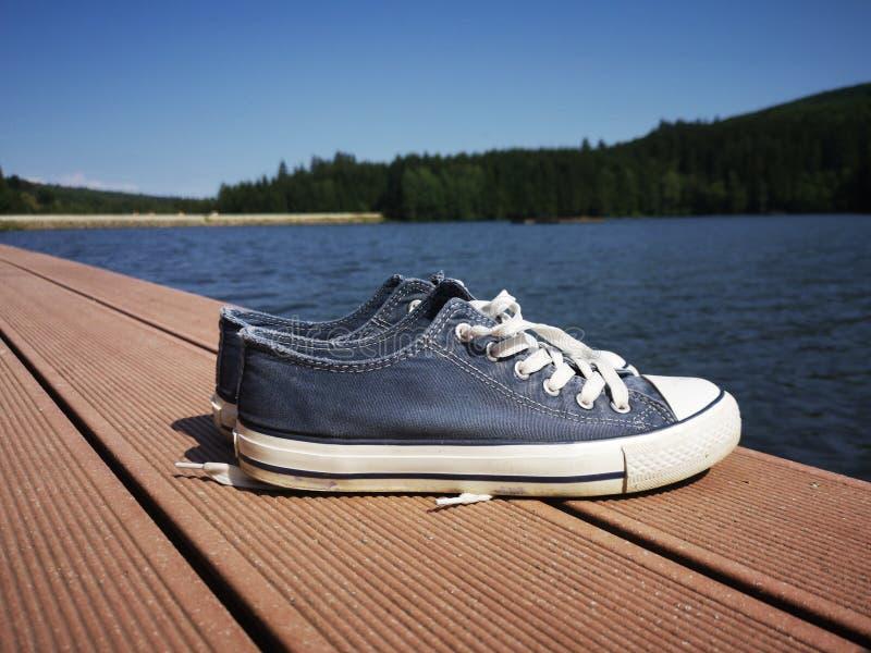 Sneakers blisko jeziora fotografia stock