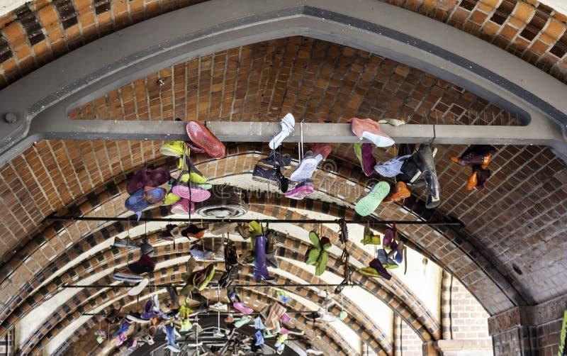 Sneakers hängande i Berlin arkivbild