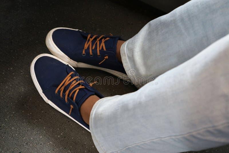 Sneakers robić tkanina z rzemiennymi koronkami jako tło obrazy stock