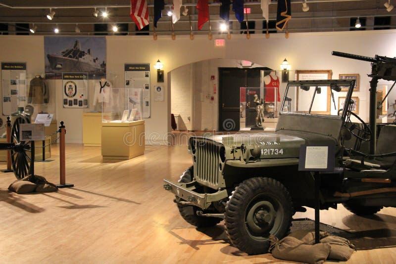 Sned boll-öppet rum med skärm av historisk krigutrustning, det militära museet för New York stat och veteranforskningscentret, 20 royaltyfri bild