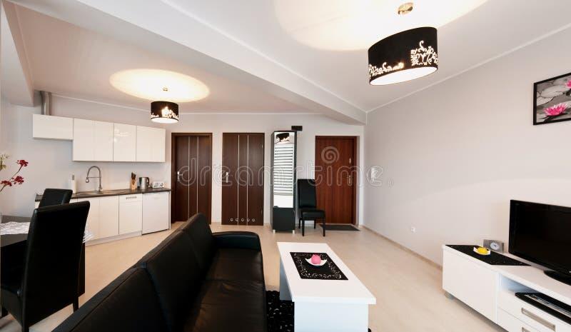 Elegantt modernt lägenhetrum royaltyfri foto