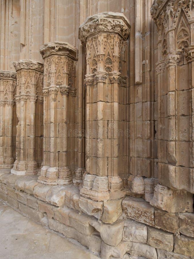 Sned kolonner som tillhör en forntida slott arkivbilder