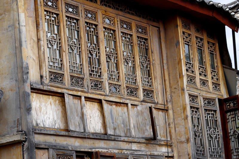 Sned tr?f?nster i den forntida staden av Lijiang, Yunnan, Kina royaltyfri foto