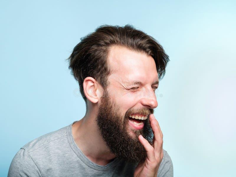 Sneda bollen för man för lyckanjutningskratt grinar sinnesrörelse fotografering för bildbyråer