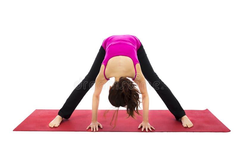 Sneda bollen lade benen på ryggen framåt krökningen poserar i yoga royaltyfri foto