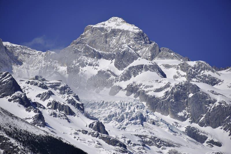 Sneeuw afgedekte berg royalty-vrije stock fotografie