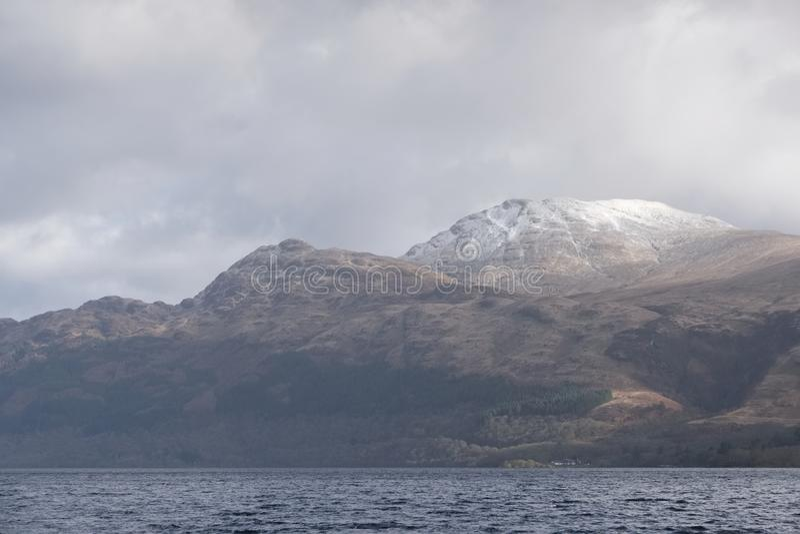Sneeuw afgedekte berg op Ben Lomond Scottish-de scène van het de winterlandschap stock afbeelding