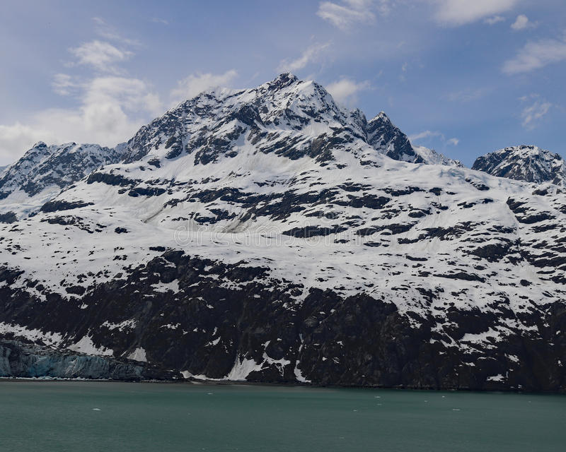 Sneeuw afgedekte berg op Gletsjerbaai stock fotografie