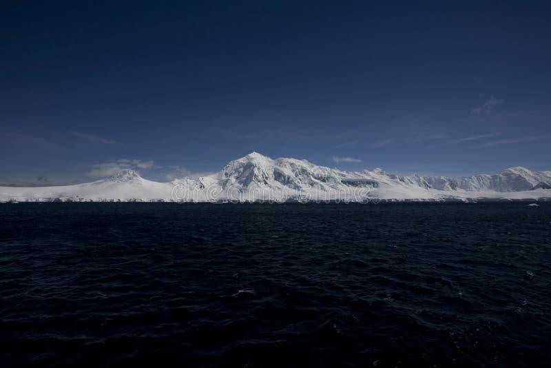 Sneeuw afgedekte bergen in Antarctica. royalty-vrije stock afbeeldingen