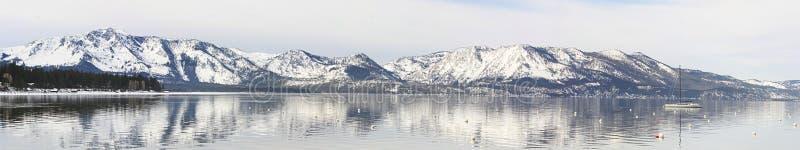 Sneeuw Afgedekte Bergen in Meer Tahoe stock afbeeldingen