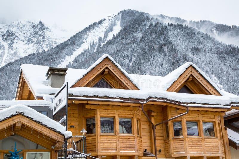 Sneeuw behandeld chalet in de bergen stock afbeelding