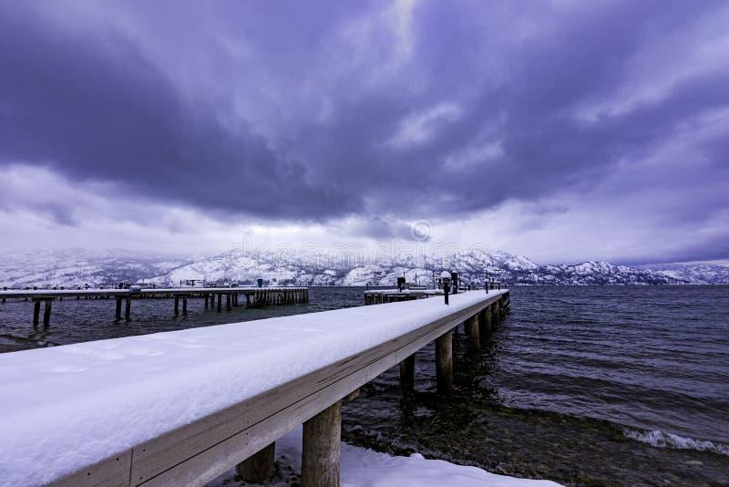 Sneeuw behandeld dok op Okanagan-het Meerwesten Kelowna Brits Colombia Canada royalty-vrije stock foto's